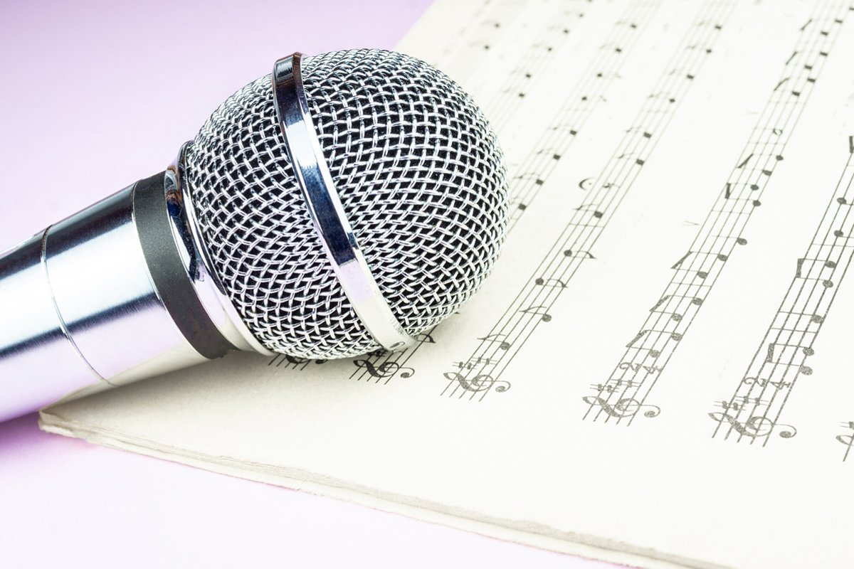 dynamic microphone on music sheet example image 1