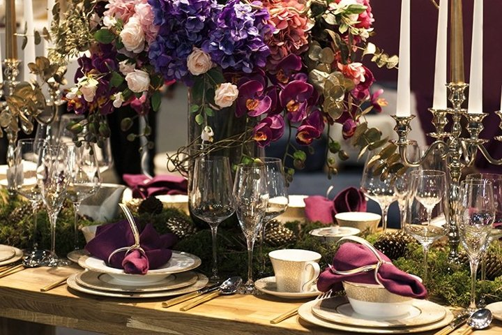 Table setting décor for a luxurious wedding