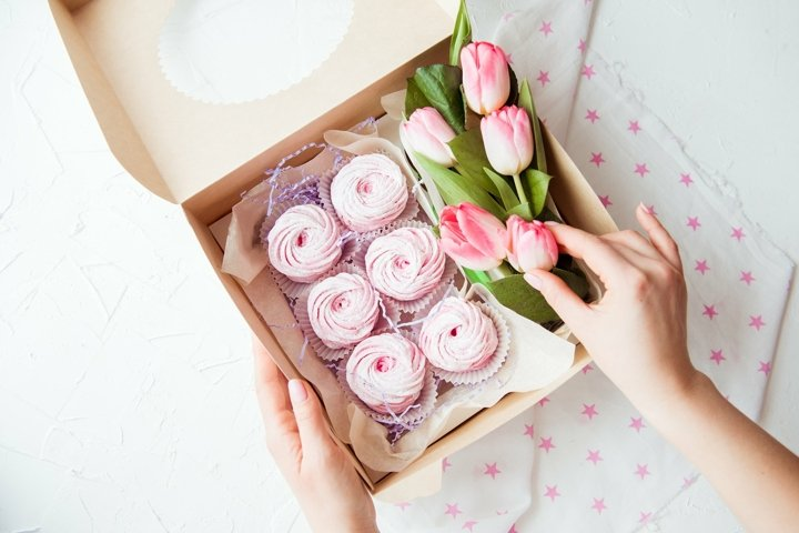 Pink gift marshmallow and flowers in a box