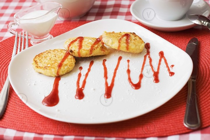 Cottage cheese pancakes with berry sauce