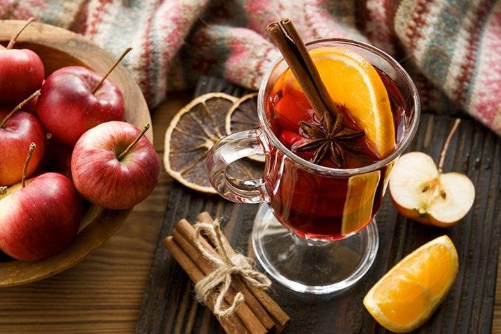 Mulled wine with citrus fruits and apple