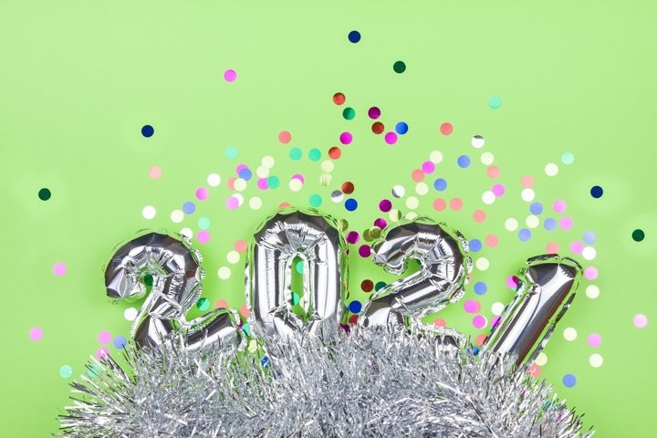 2021 silver air balloon on green background with confetti