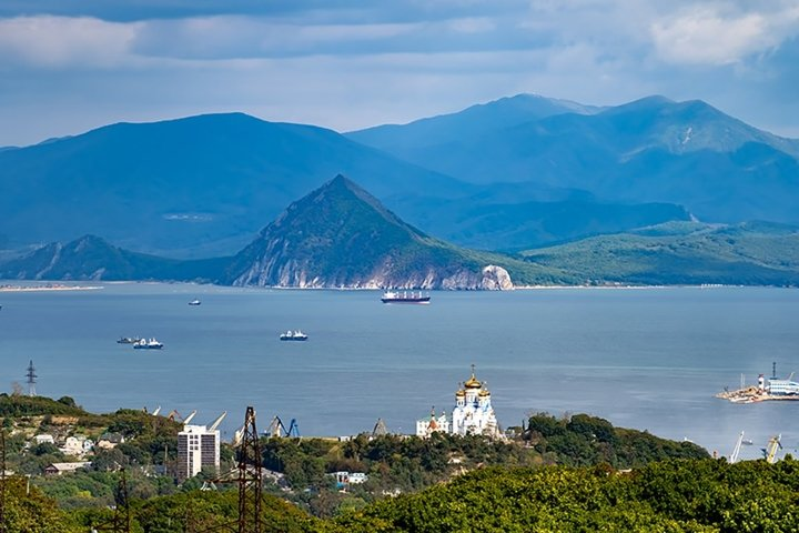 Urban landscape with views of the city and Nakhodka Bay.
