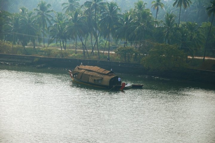 The boat floats on the river.