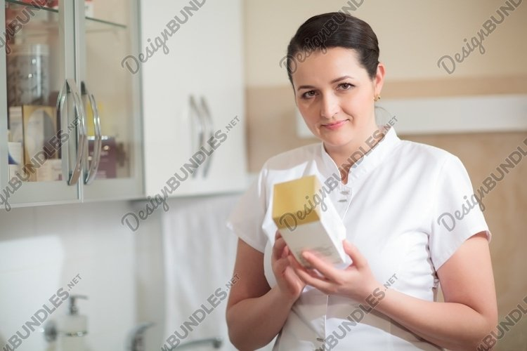Cosmetician holding box with cosmetic example image 1