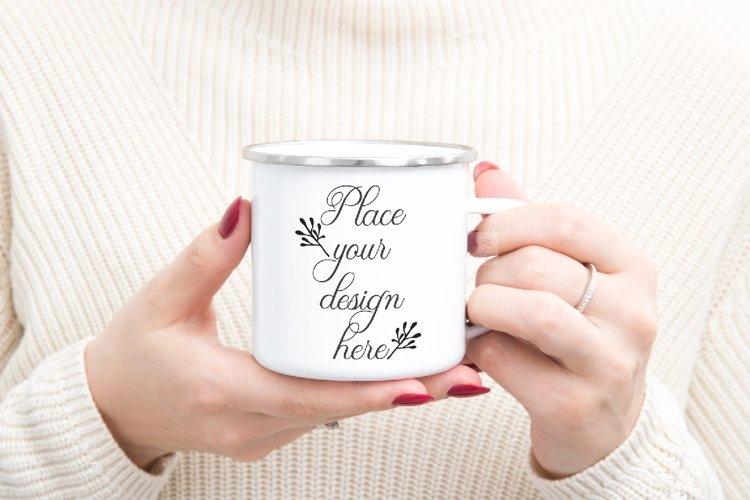 Enamel mug mockup woman holding winter xmas psd campfire cup