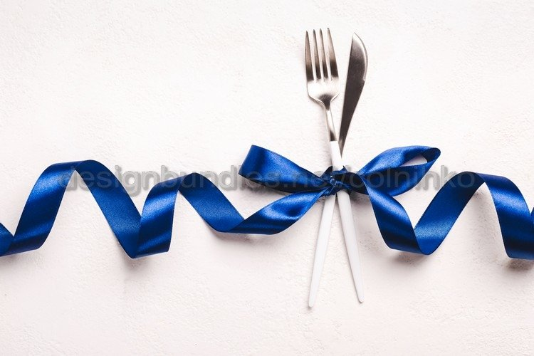 Festive cutlery set with classic blue ribbon