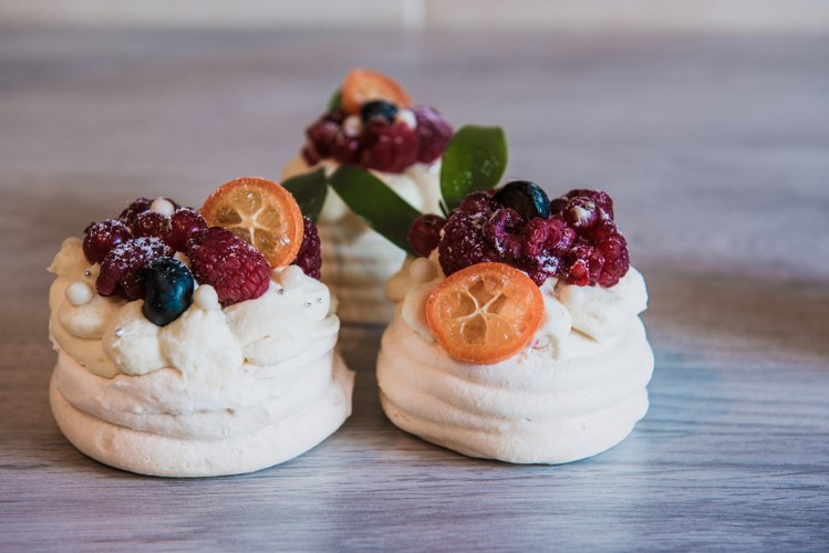 Pavlova meringue cake with cream and small fruits